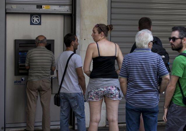 اليونان حددت 60 يورو حد أقصي للسحب من ماكينات الصراف الألى يوميا