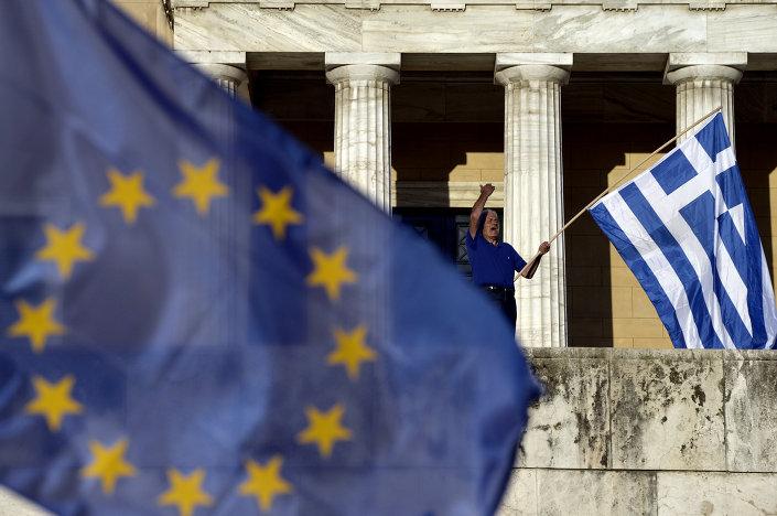 مواطن يوناني مناهض للإتحاد الأوروبي خلال مسيرة إحتجاج ضد الإجراءات التقشفية