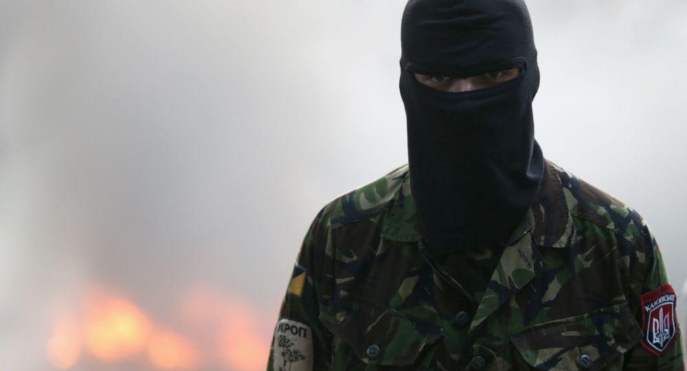 مقاتل في تنظيم اليمين الأوكراني المتطرف