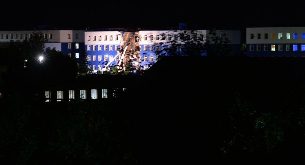 انهيار السطح العلوي لمبنى ثكنة عسكرية في ضاحية مدينة أومسك