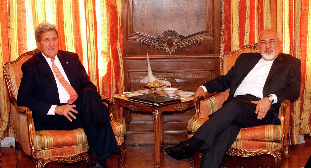 وزير الخارجية الأمريكي جون جيري ونظيره الإيراني محمد جواد ظريف في اجتماع جمعها في نيويورك في أبريل نيسان 2015