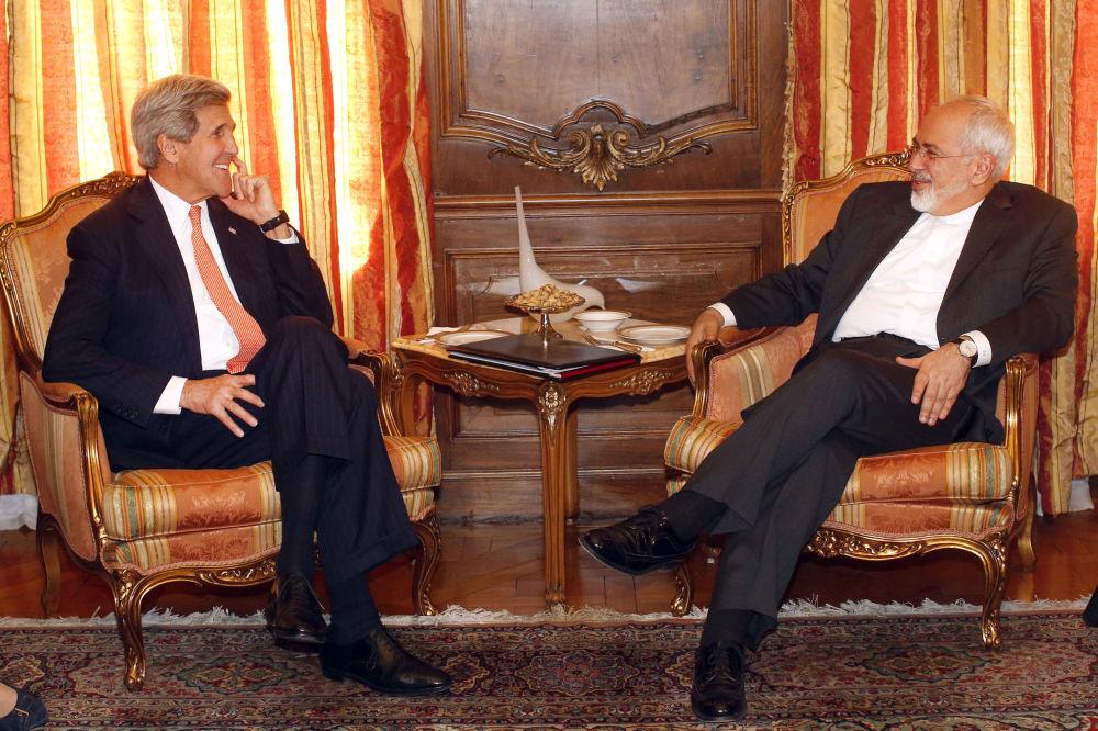 وزير الخارجية الأمريكي جون كيري مع نظيره الإيراني محمد جواد ظريف