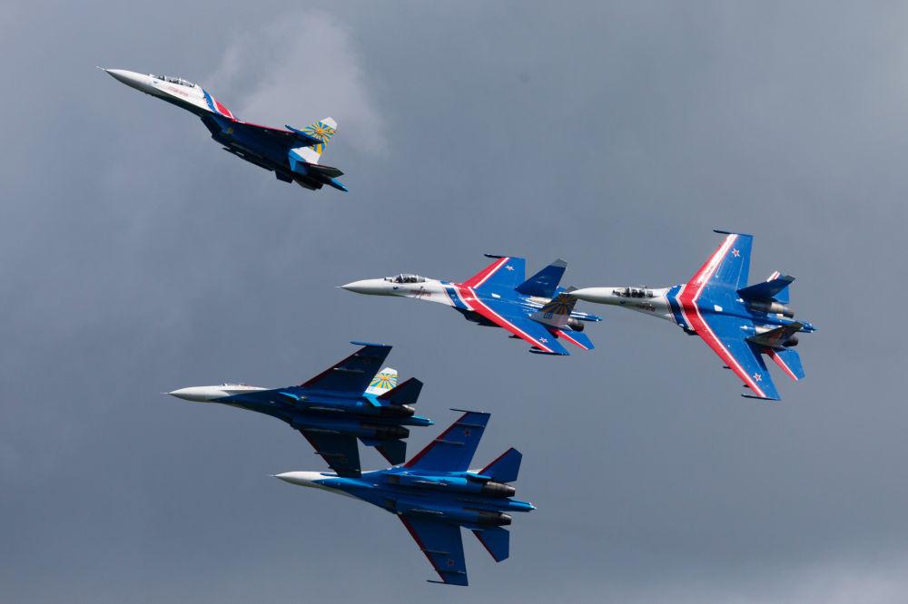فرقة الاستعراضات الجوية روسكييه فيتيازي وطائراتهم سو- 27