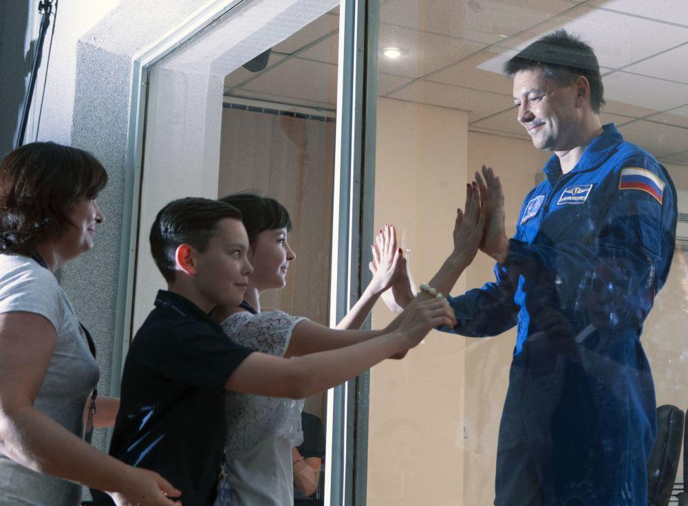 عضو الطاقم الفضائي الدولي الخامس والأربعين، رائد الفضاء من  روس كوزموس، أوليغ كونونينكو وعائلته