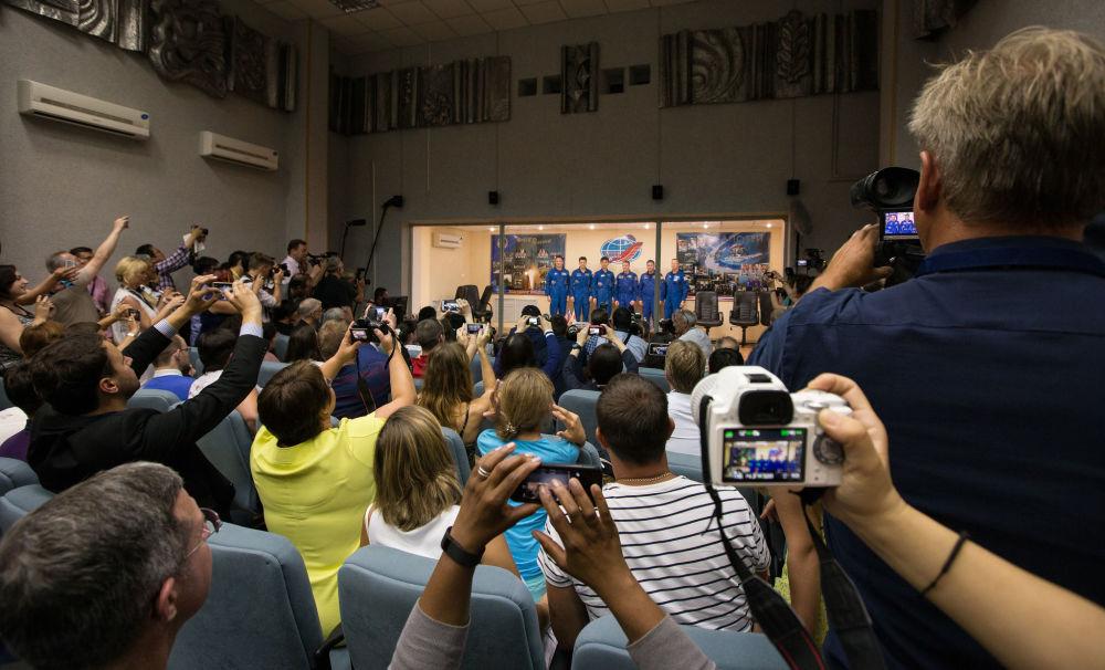 مؤتمر صحفي لأفراد الطاقم الفضائي الدولي الرئيسي لسفينة الفضاء المأهولة سويوز TMA-17M
