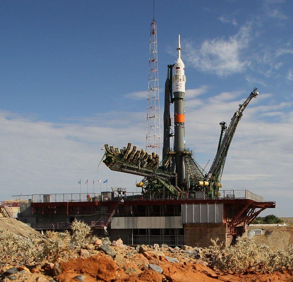 صاروخ النقل الفضائي وعلى متنه المركبة الفضائية المأهولة سويوز TMA-17M