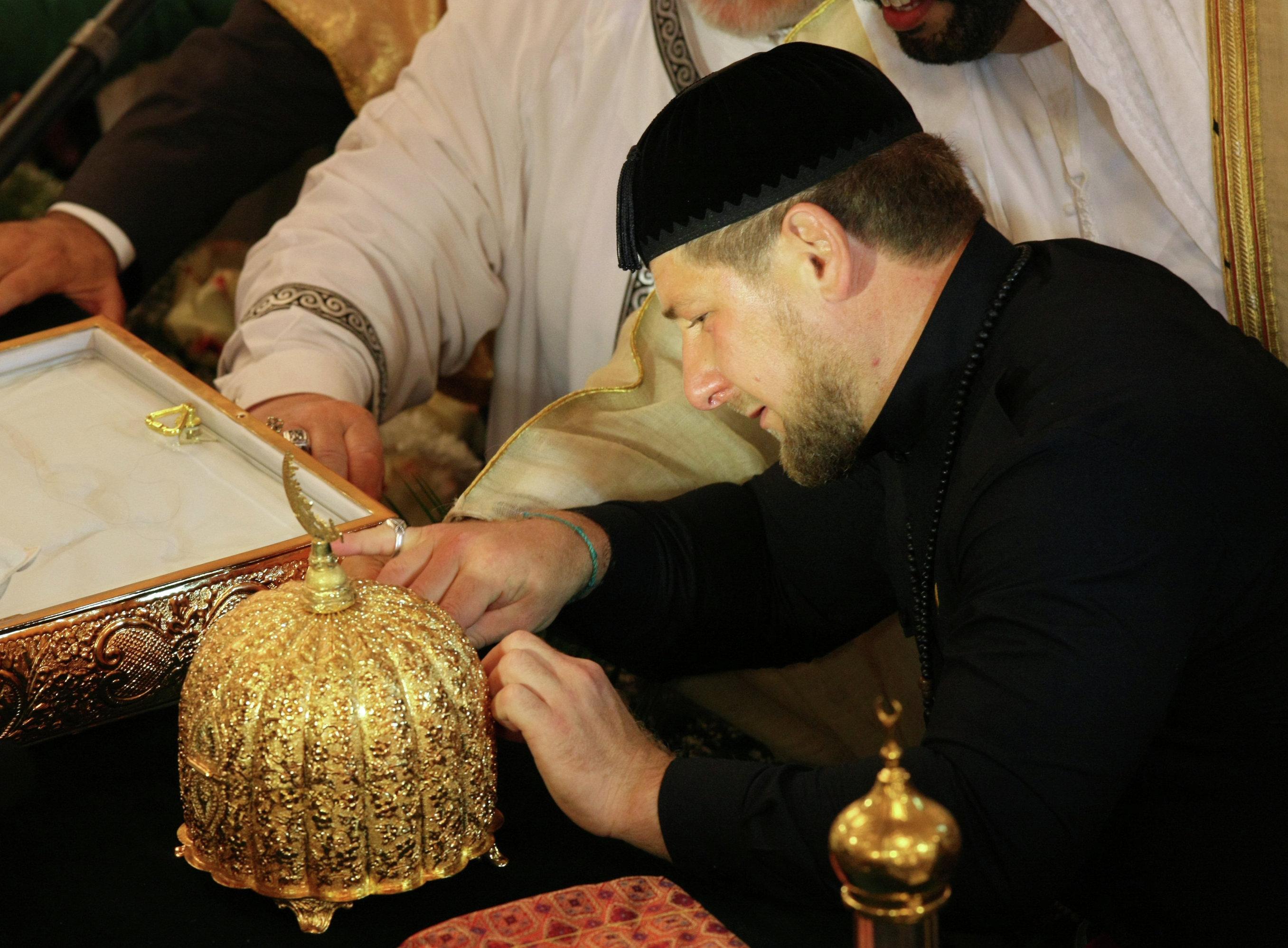 الزعيم الشيشاني رمضان قاديروف يحتفظ بخصلات من شعر النبى محمد داخل مسجد أحمد قاديروف فى غروزني