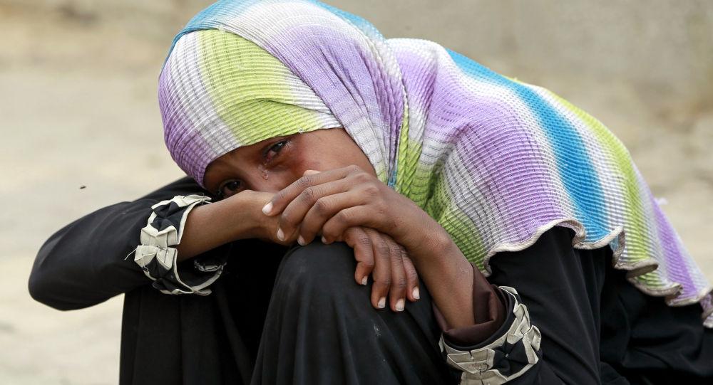 فتاة تبكي أقربائها القتلى
