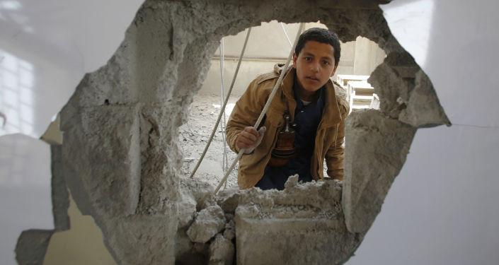 ثقب خلفته قذيفة في جدار إحدى المدارس