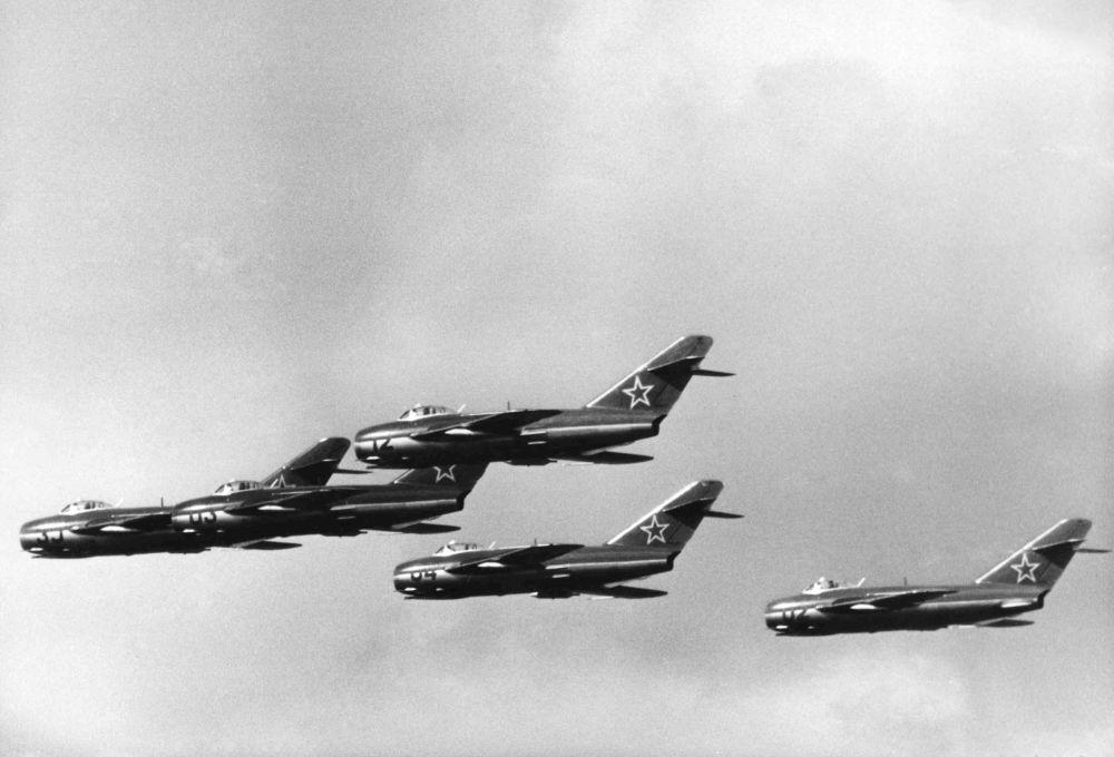 مقاتلات ميغ- 15 أثناء تحليق استعراضي في سماء ألمانيا الشرقية