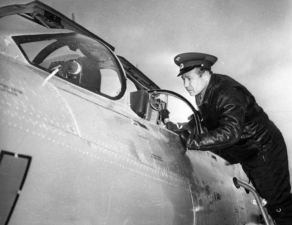 الطيار، رائد الفضاء السوفييتي، ألكسي ليونوف، قبل تحليق تدريبي على متن الطائرة ميغ- 21