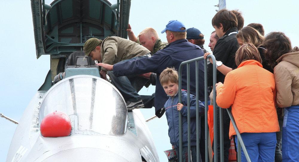 زوار معرض ماكس 2009 يتفقدون طائرة سو-30إم كا2