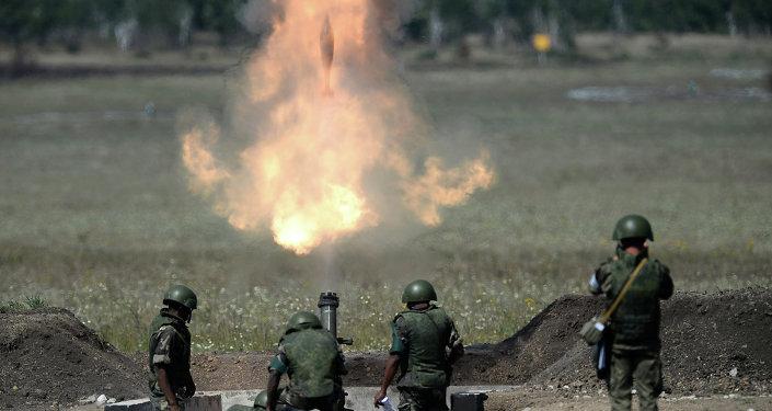 جنود يتدربون على إطلاق قذائف مورتر في فيديو مدهش