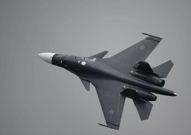 المقاتلة سو- 34 أثناء العرض في المعرض الجوي الفضائي ماكس- 2013 في مدينة جوكوفسك بضواحي موسكو