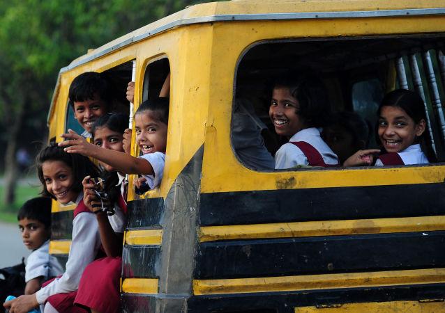 تلاميذ في الهند على متن حافلة مدرسية