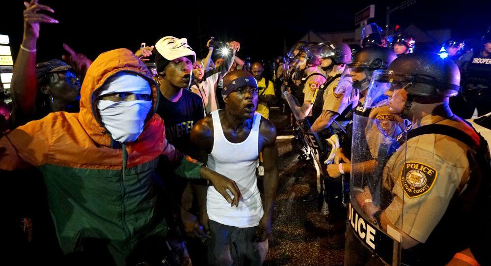 حشدود  المتظاهرين في مدينة فيرغسون، الأمريكية