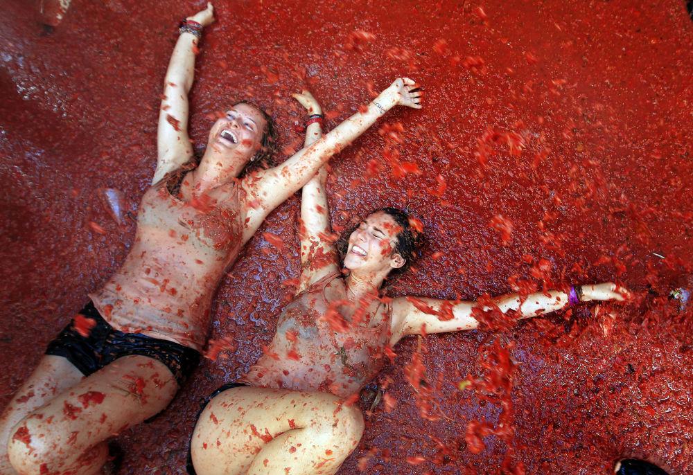 مهرجان التراشق بالطماطم السنوي، في قرية بونول على بعد 50 كيلومترا من مدينة فالنسيا، إسبانيا.