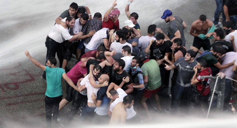 تفريق المتظاهرين اللبنانيين بقاذفات المياه خلال الاحتجاجات في بيروت