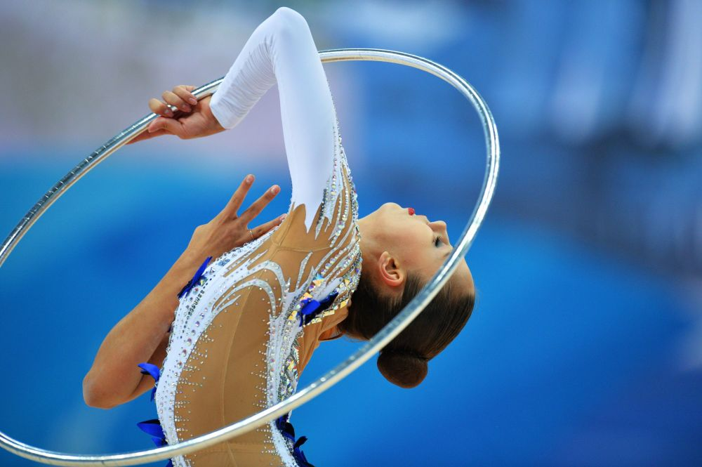 مارغريتا مامون (روسيا) تؤدي تمارين الطوق في بطولة العالم للجمباز الايقاعي في مدينة  قازان.