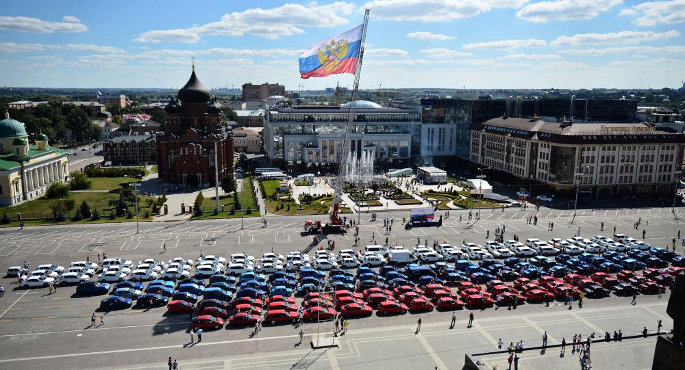 المشاركون في فعالية علم من السيارات بمناسبة عيد العلم الروسي، ساحة لينين، مدينة تولا