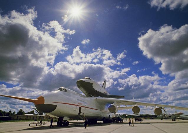 اية ان -225 وعلى متنها سفينة الفضاء بوران