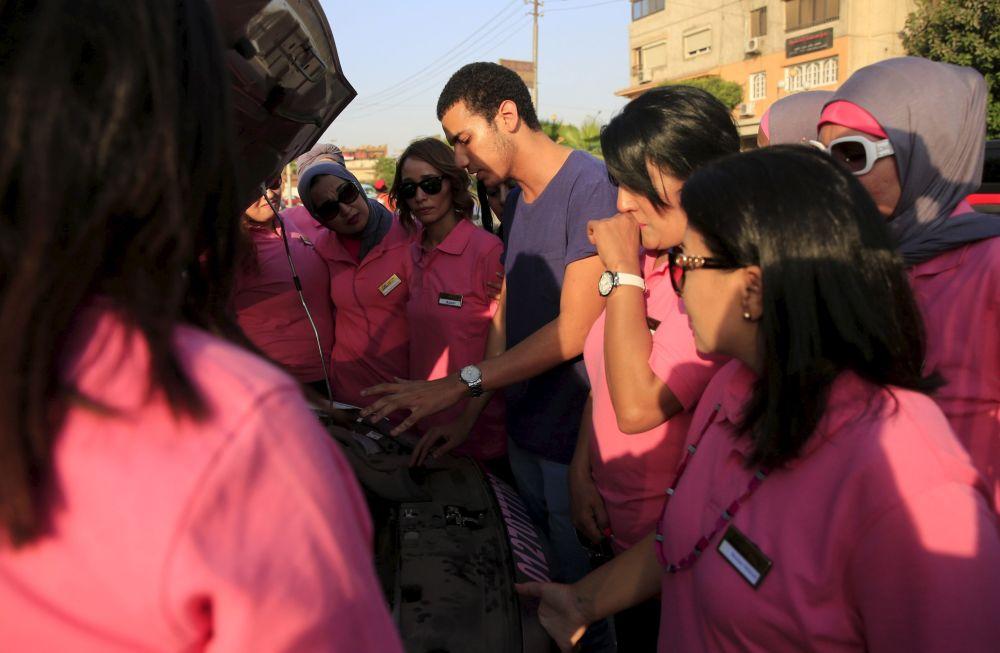 سائقات التاكسي الزهري في القاهرة
