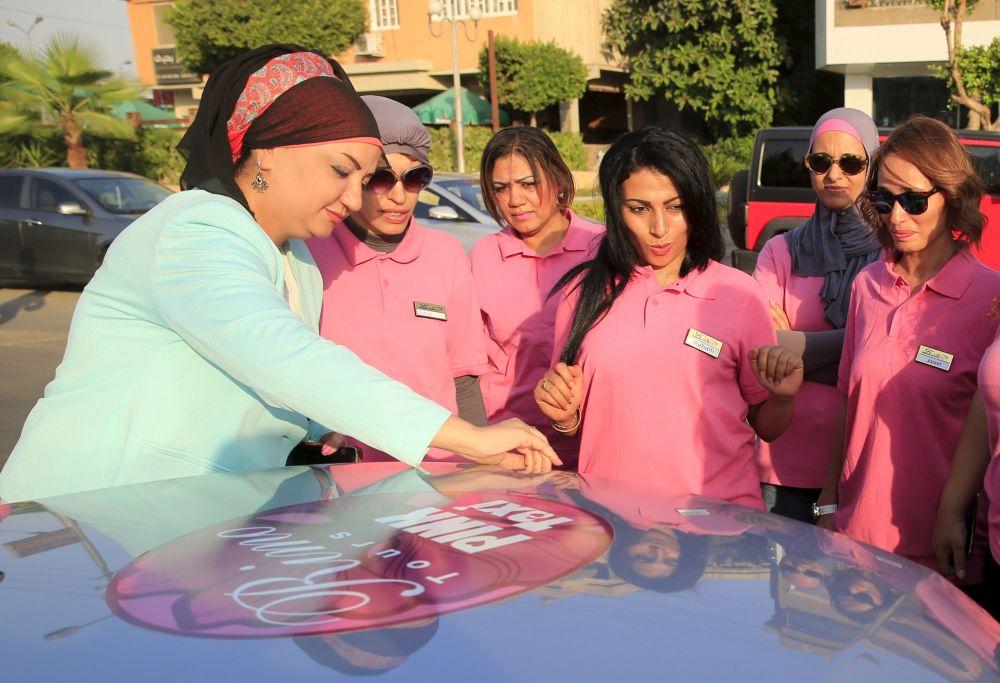 مديرة شركة سيارات التاكسي الزهري