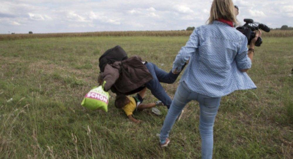 تسريح موظفة هنغارية بسبب عرقلتها لسير اللاجئين السوريين