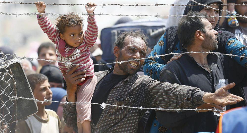 لاجئين  على الحدود التركية