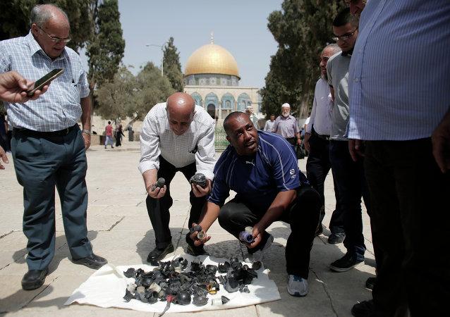 فلسطينيون يظهرون القنابل والرصاص المطاطي من بعد اقتحام المسجد الأقصى.