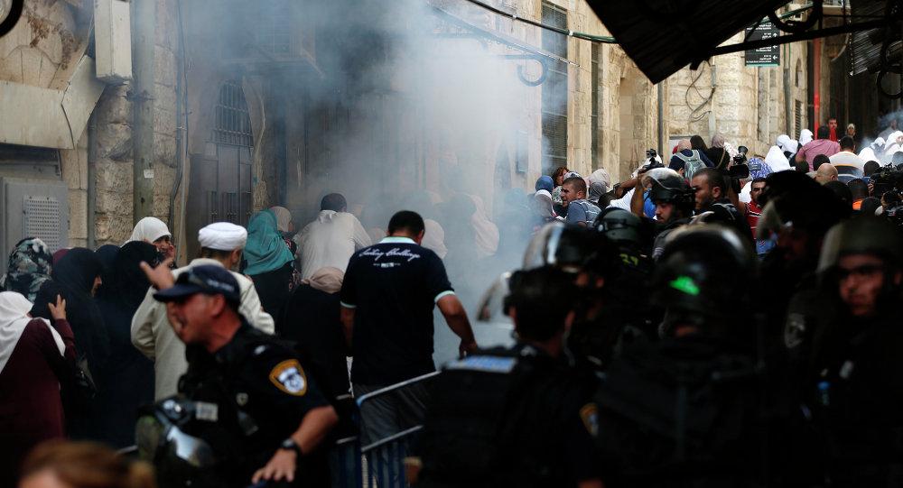 اشتباكات بين قوات الجيش الإسرائيلي والفلسطينيين بالقرب من مسجد الأقصى في البلدة القديمة في القدس.