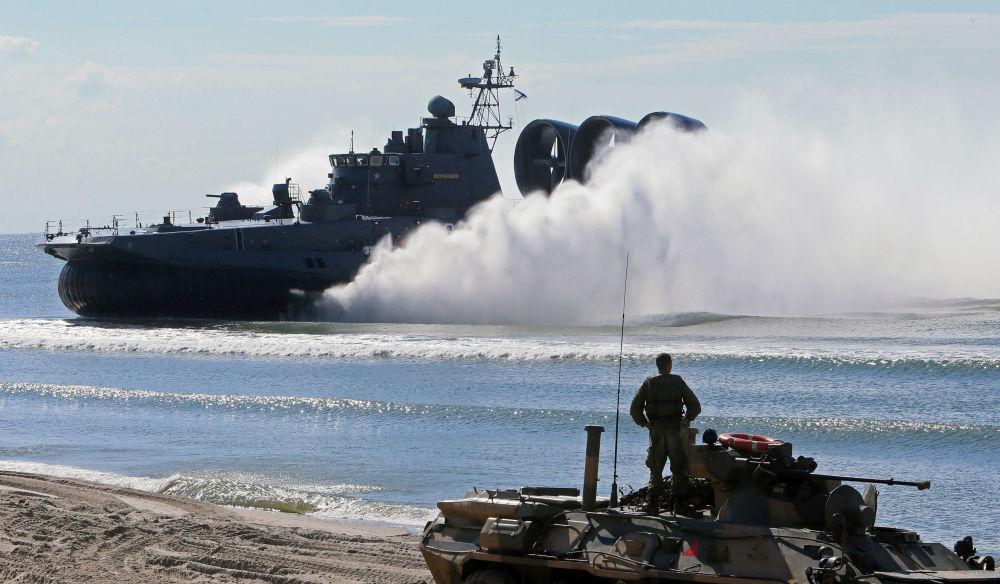 سفينة إنزال صغيرة موردوفيا وناقلة الجنود المدرعة بي تي أر 80