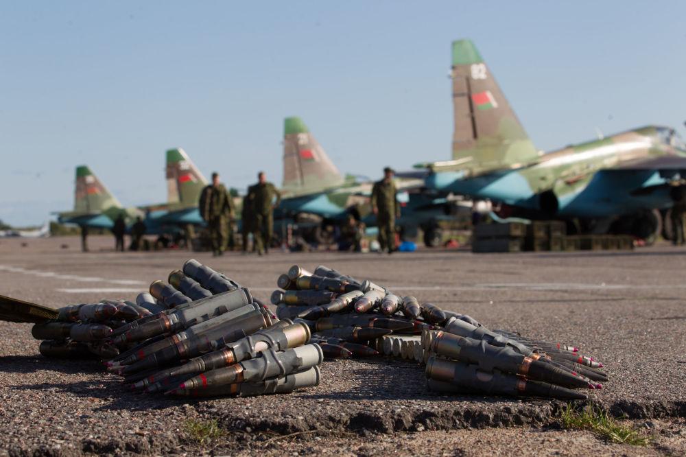 تسليح مقاتلات سو - 25 أثناء منوارات درع الاتحاد