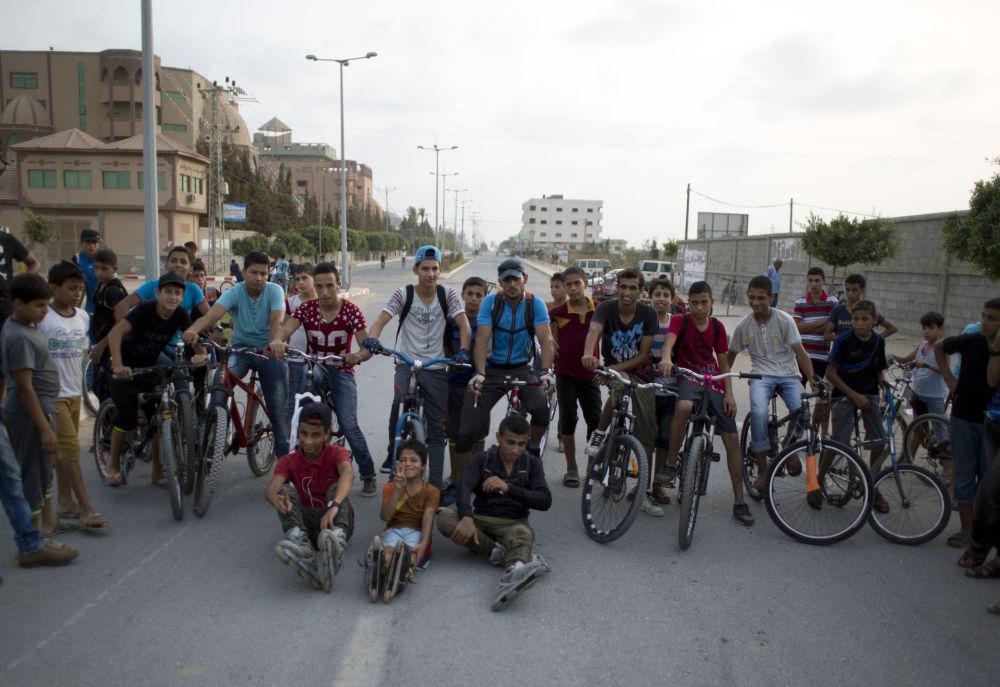 مراهقون فلسطينيون يأخذون صورة جماعية لهم.