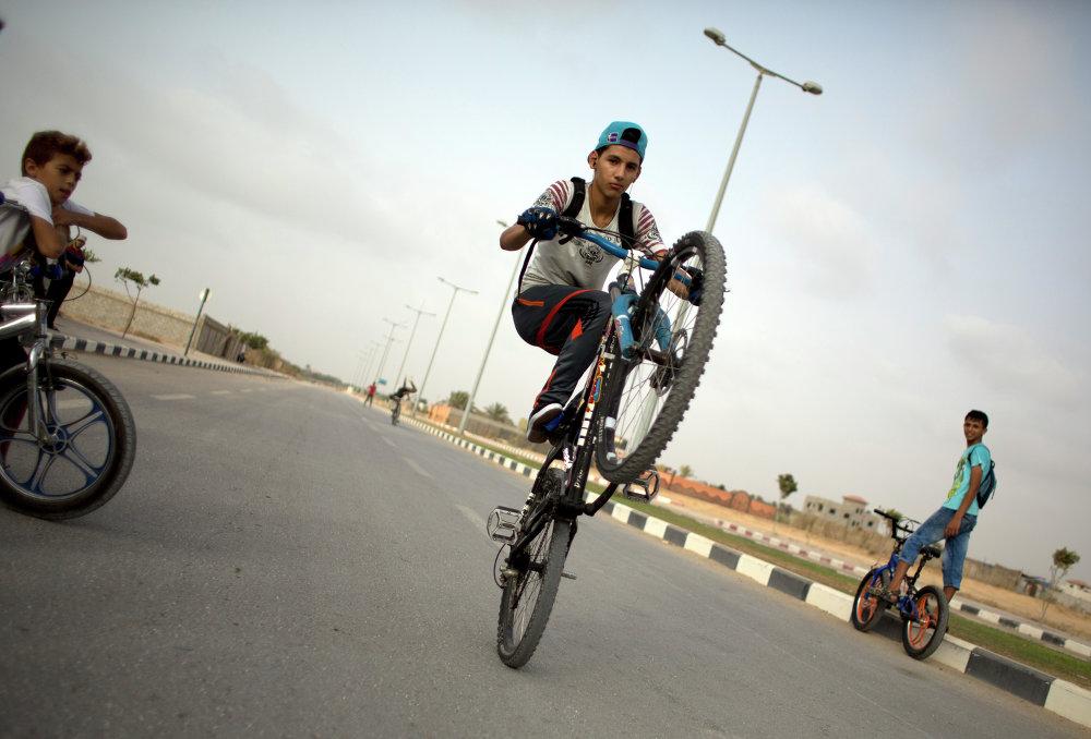 شاب يعرض مهارته وحيله على دراجته