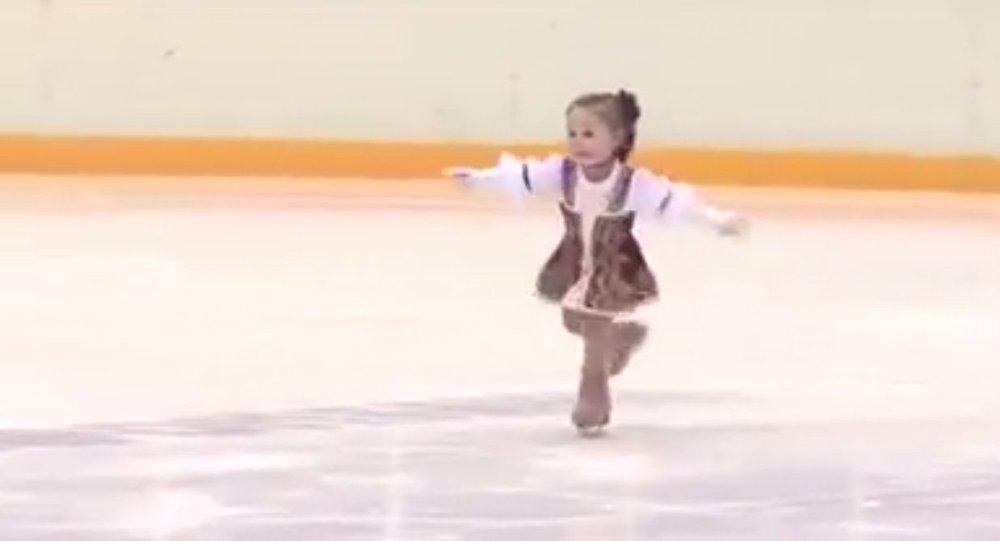طفلة روسية تبلغ عامين تبدع فى التزحلق على الجليد