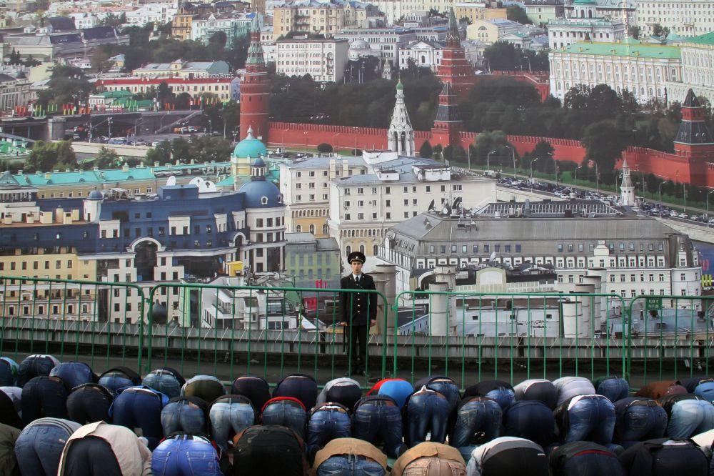 المسلمون يصلون في أحد شوارع موسكو، خلال عيد الأضحى المبارك.