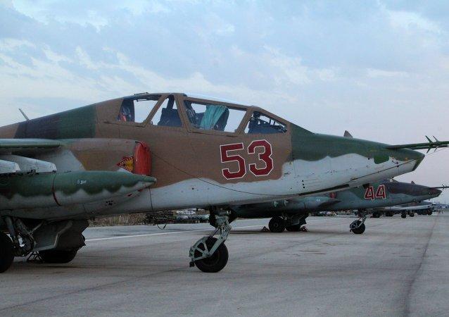 الطائرة سو - 25 في القاعدة العسكرية الروسية في اللاذقية