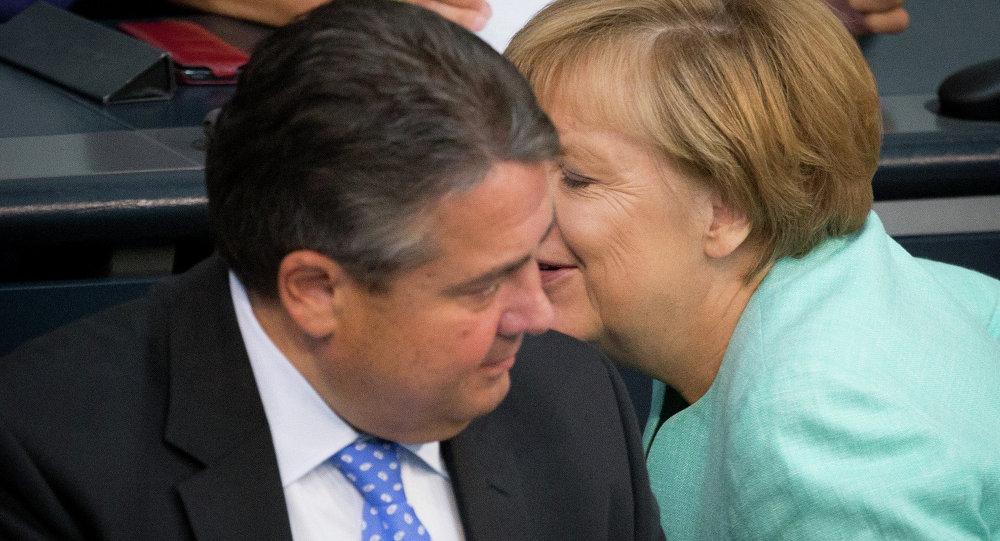المستشارة الألمانية أنجيلا ميركل ونائب المستشارة ووزير الاقتصاد والطاقة زيغمار غابريل