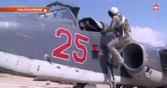 بالفيديو - طياري سو-25 بعد شن غارات على مواقع لـ داعش