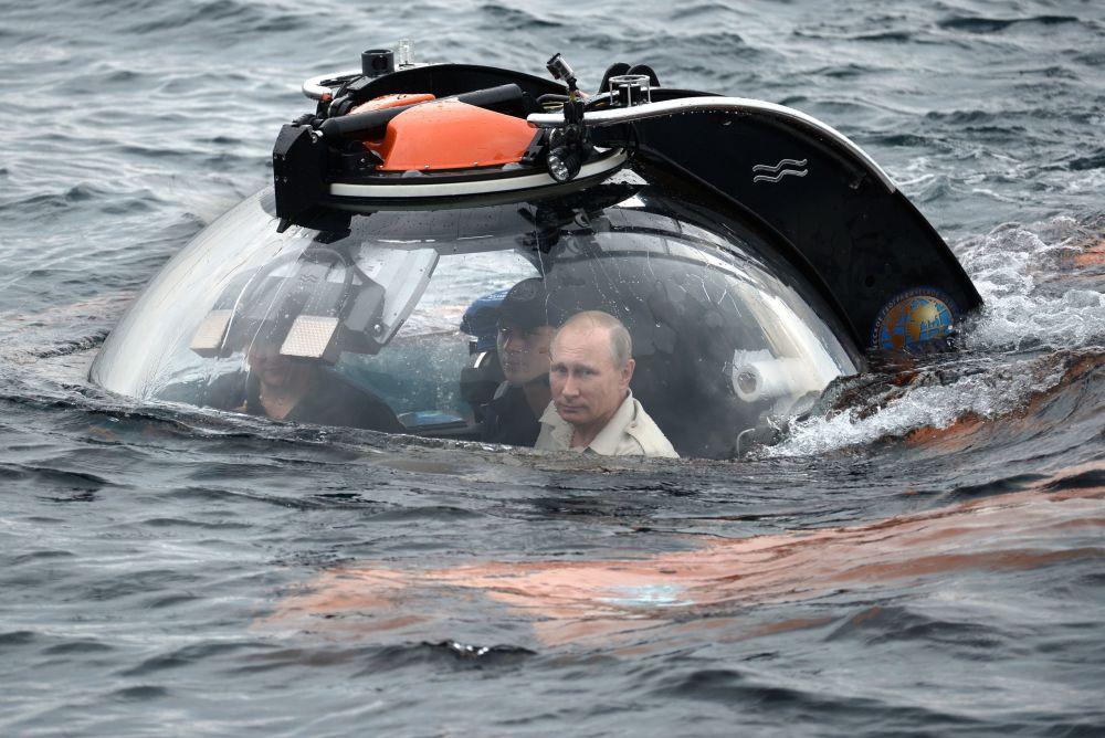 الرئيس الروسي فلاديمير بوتين يغوص على متن غواصة الأعماق إلى السفينة القديمة الغارقة بالقرب من سيفاستوبول