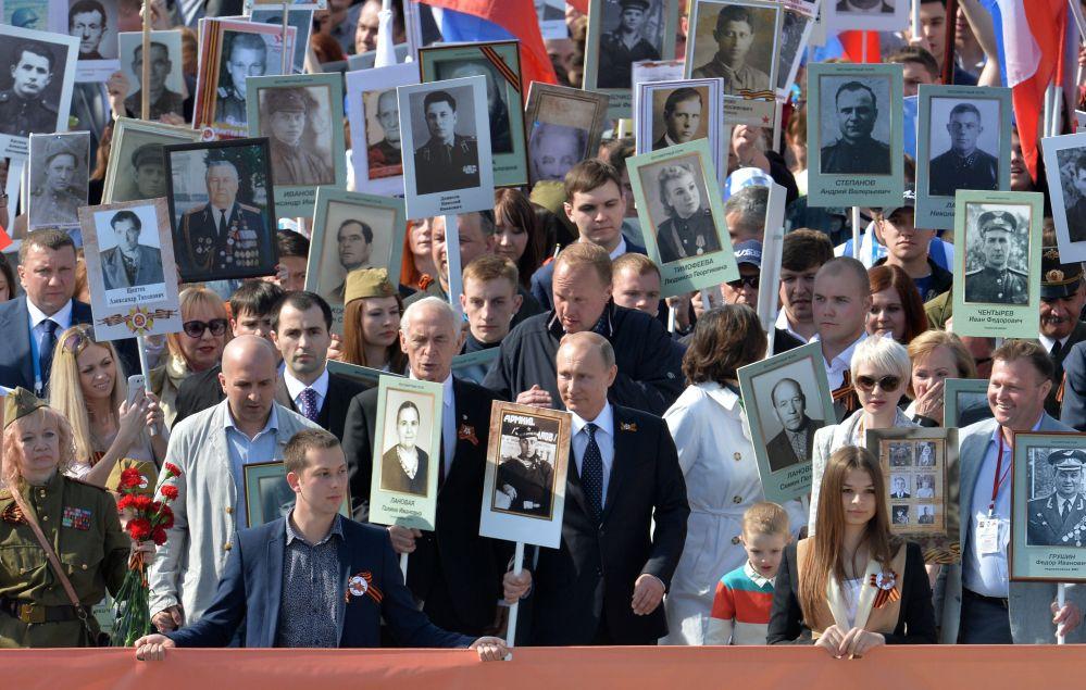فلاديمير بوتين يقود مسيرة المنظمة الإقليمية الوطنية فوج موسكو الخالد في الساحة الحمراء