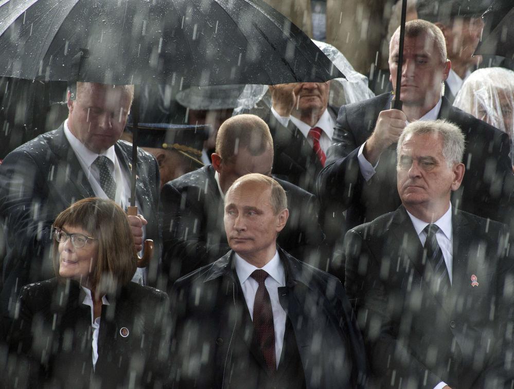 الرئيس الروسي فلاديمير بوتين والرئيس الصربي توميسلاف نيكوليتش خلال العرض العسكري خطوة المنتصر في بيلغراد بمناسبة الذكرى الـ70 لتحرير المدينة من الاحتلال الألماني الفاشي