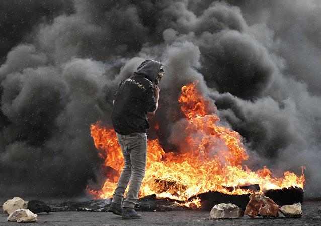 فلسطيني ملثم في الضفة الغربية