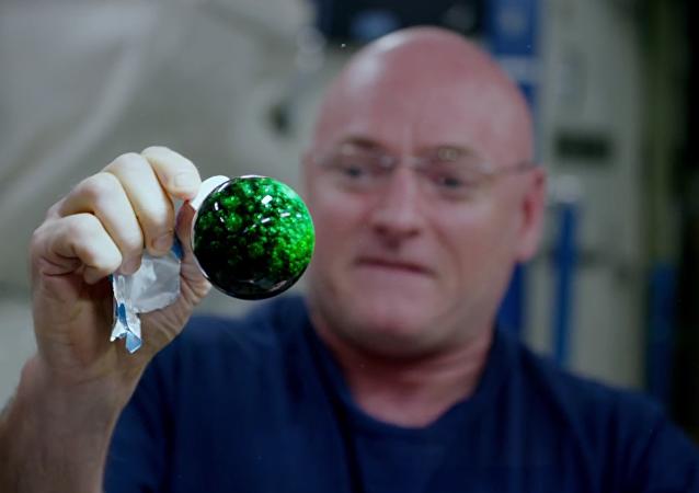 فيديو مدهش نشرته ناسا لتحول قطرة المياه الملونة في الفضاء