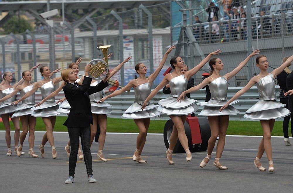 فتيات فورمولا-1 أثناء سباق الجائزة الكبرى في سوتشي.