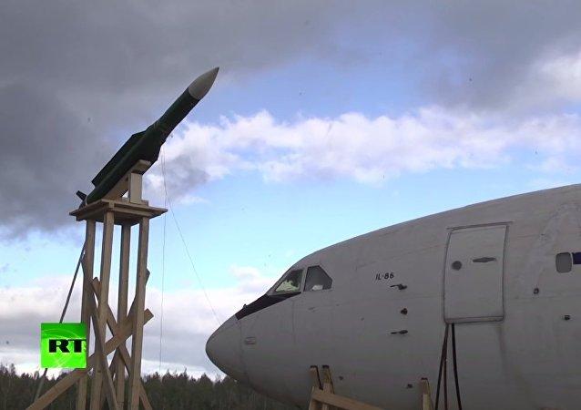 فيديو اختبار يظهر فيه طائرة إيل-86 عندما يصطدم بها صاروخ من طراز بوك