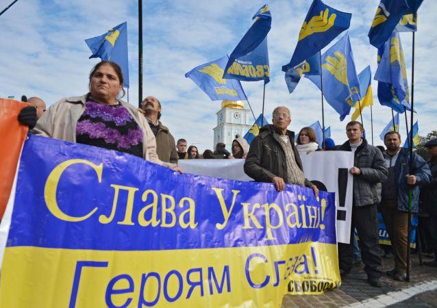 المشاركون في مسيرة الأبطال في كييف