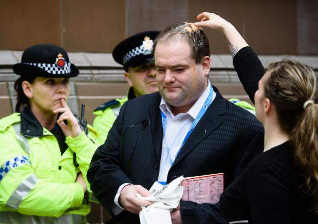 شرطي يقوم بحراسة عضو حزب المحافظين