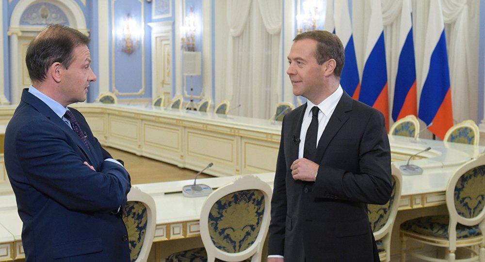 دميتري ميدفيديف  يتحدث لمندوب التلفزيون الروسي